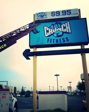 Banner_Pylon_CrunchGym_Northridge_PremiumSignSolutions