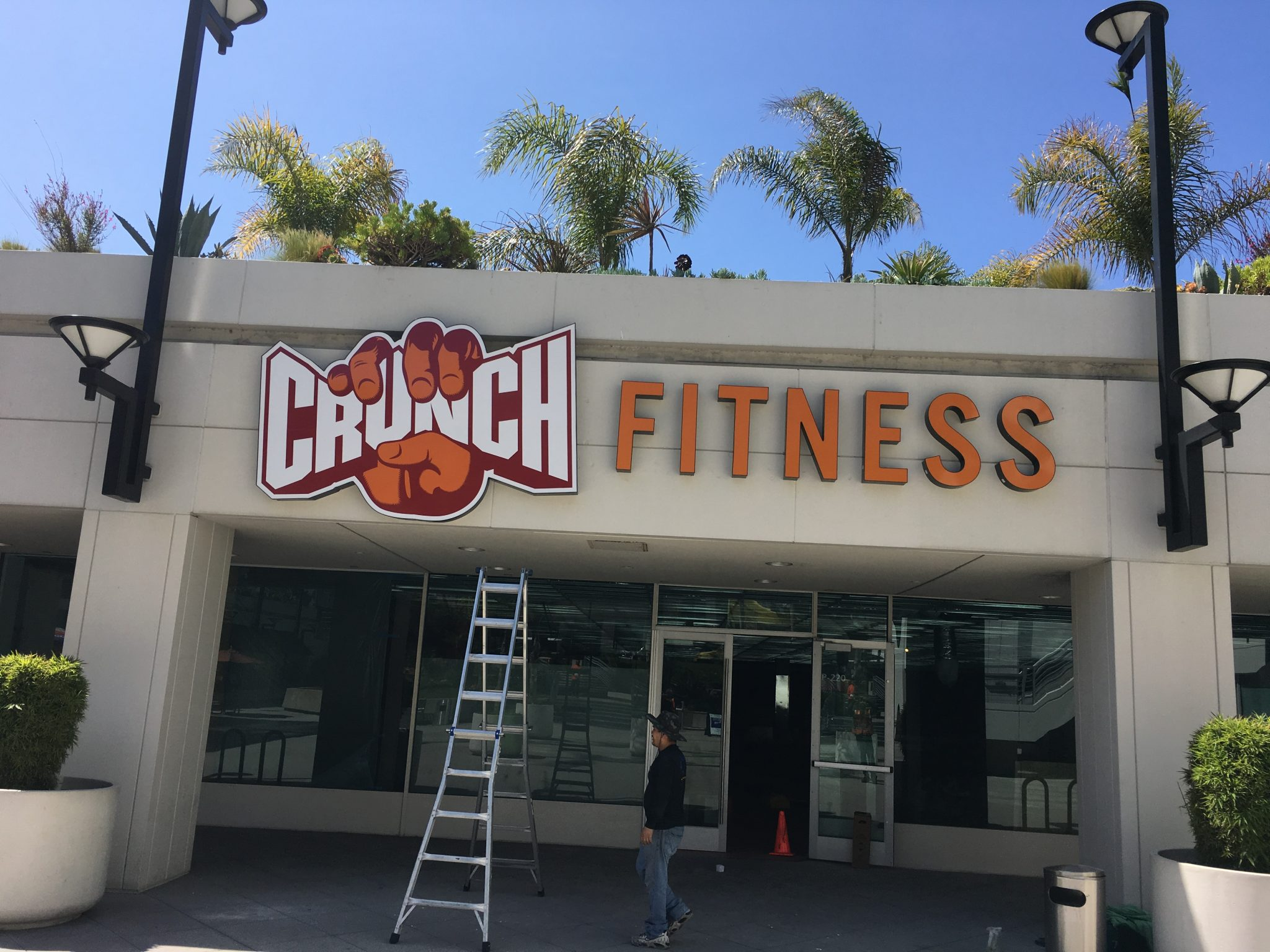 custom lightbox, custom channel letters, custom building sign, channel letters, building signs, storefront signs, fitness signs, gym signs, sign makers, sign companies, long beach, gym sign, sign package, sign maker, sign company, crunch fitness, crunch